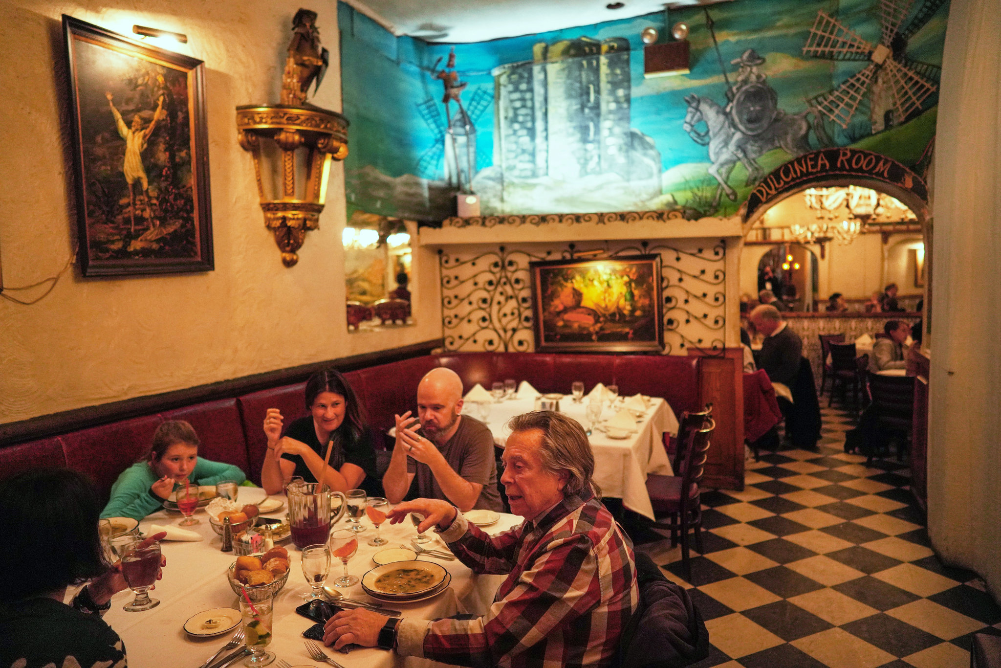 At El Quijote One Last Helping Of Charm Kitsch And Memories The New York Times