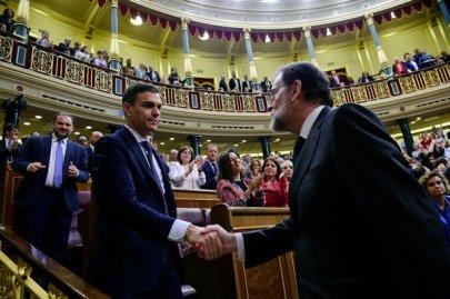 Pedro Sánchez, a la izquierda, propuso la moción de censura contra Mariano Rajoy en el Congreso de Madrid, el viernes. Al día siguiente, Sánchez se juramentó como presidente del Gobierno de España.