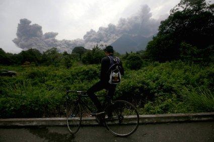 La erupción del volcán de Fuego produjo una gran nube de humo y fuego que alcanzó los 10.000 metros de altura.<br /><br />