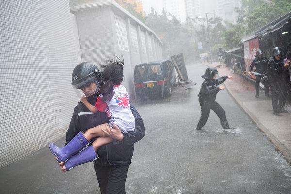 Typhoon Mangkhut Slams Hong Kong and Southern China - The New York Times