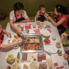 Nyc Soup Kitchens Tiled Kitchen Island 海底捞赴港上市 它能征服海外食客吗 纽约时报中文网 吃火锅时 食客在沸腾的汤里把肉和蔬菜煮熟