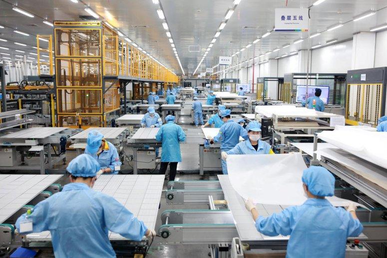 上个月,在中国浙江省宁波市的一家新能源工厂内从事光伏太阳能电池板工作的员工。