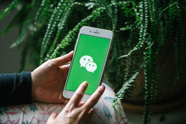 人们使用微信应用程序购物、玩游戏、付账和订餐。
