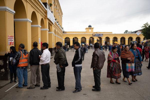 Una fila de votantes en San Juan Sacatepequez el domingo.