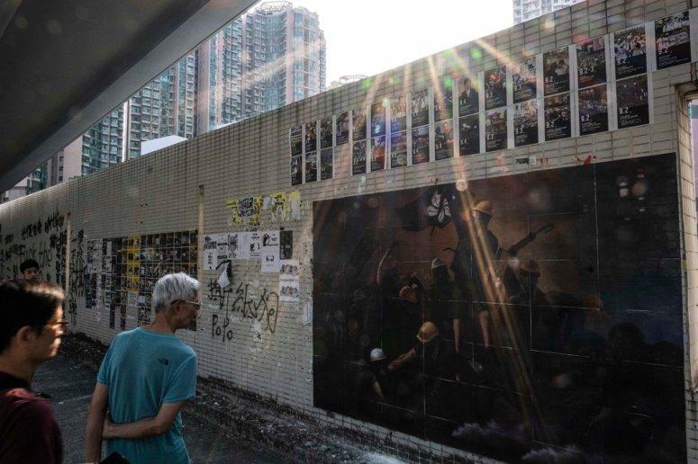 马鞍山社区的墙上贴着海报和以抗议者为主题的艺术作品。