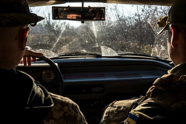 Soldados ucranianos circulan por Popasna, un poblado al este de Ucrania.