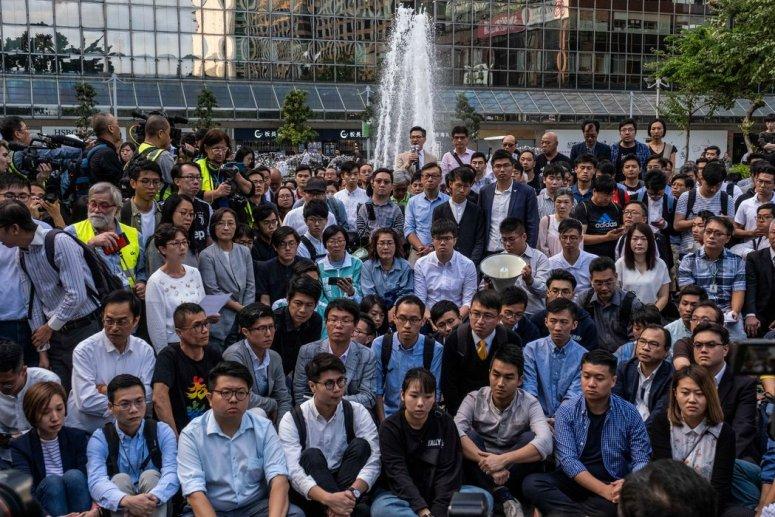 周一,获胜的民主派候选人在香港理工大学外。