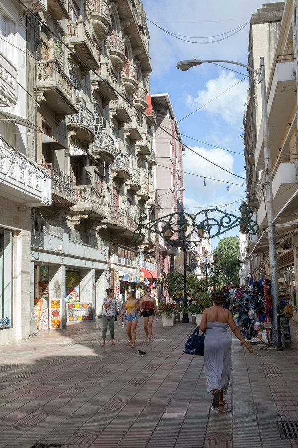 Turistas y lugareños convergen en la calle El Conde, bordeada de boutiques, restaurantes y vendedores que venden arte y joyas hechas a mano.