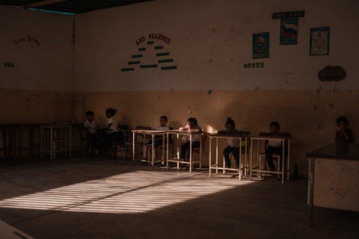 La escuela de Parmana no tiene ni comida ni libros. Los estudiantes a menudo se van temprano, demasiado hambrientos para concentrarse.Crédito...Adriana Loureiro Fernandez para The New York Times