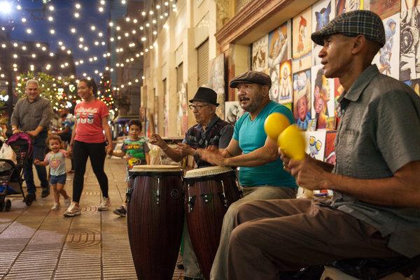 Músicos en la calle El Conde, una larga y animada calle peatonal en el corazón de Santo Domingo.