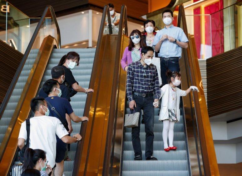 周一,泰国曼谷一家商场内的购物者。