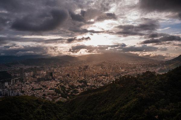 En las afueras más pobres de Caracas, los residentes siguen luchando contra la escasez de agua, la malnutrición y el colapso de los servicios básicos del gobierno.