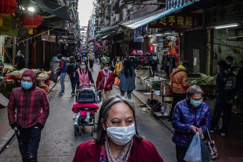 周二,澳门街头戴口罩的购物者。