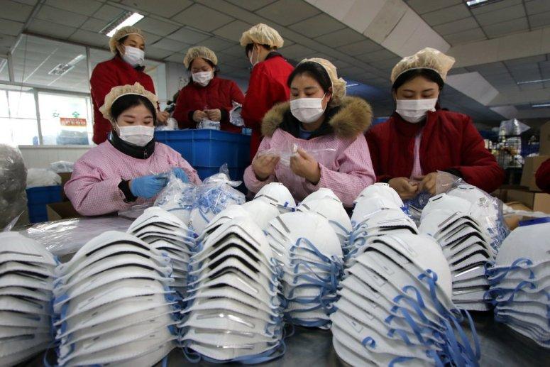邯郸,一家口罩工厂的女工。