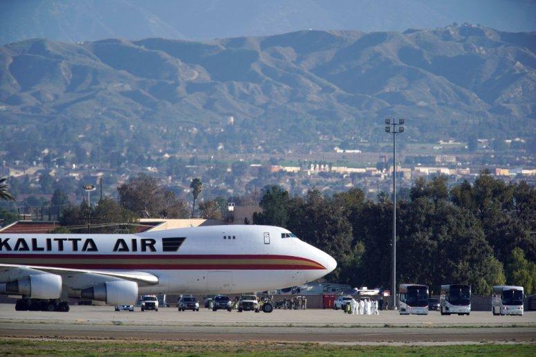 周三,一架运送政府雇员和其他美国人的航班从武汉飞抵加州空军基地。