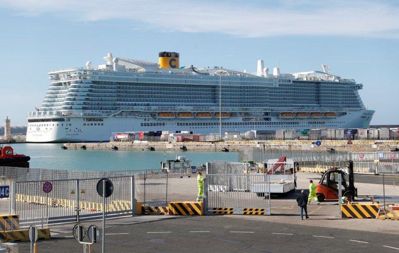 周四,停靠在意大利奇维塔韦基亚港的歌诗达翡翠号邮轮