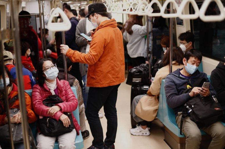 周四,台北地铁上,戴口罩的乘客。