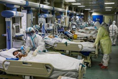 Uma unidade de terapia intensiva isolada em Wuhan na semana passada. Alguns trabalhadores médicos lutaram para comprar seus próprios equipamentos de proteção, pediram a amigos ou confiaram em doações.