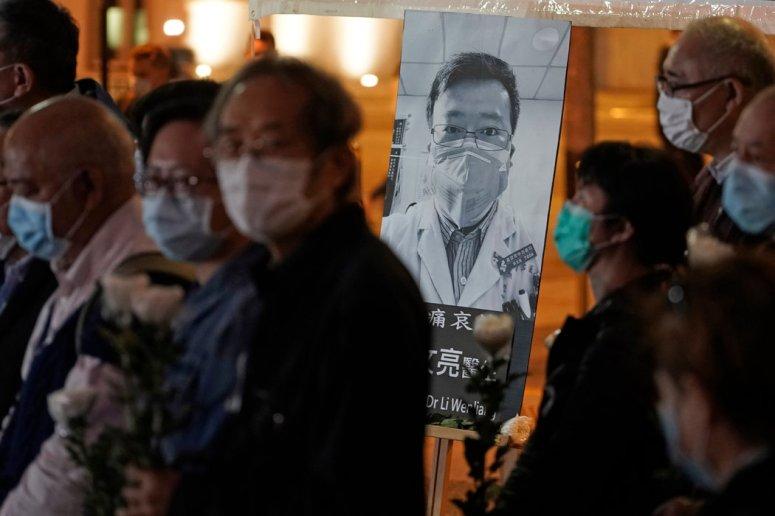 人们给李文亮医生守夜。李文亮试图对病毒提出警告,最终因感染离世。