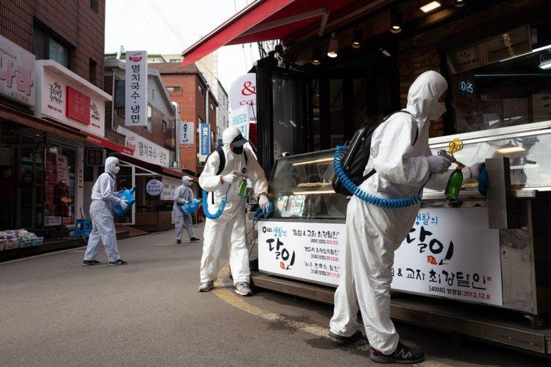周三,韩国首尔,工作人员正在给市场消毒。