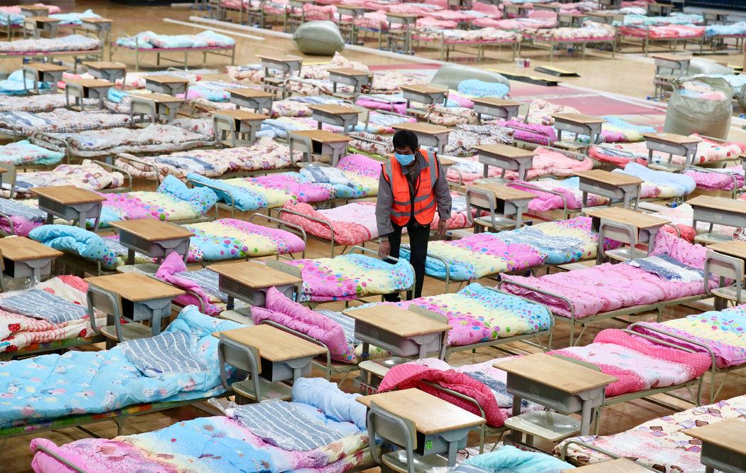 一开始,武汉许多被征用的场所(如体育馆和酒店)非常紧张,这些地方被用来收治大量虚弱、发热的病人。