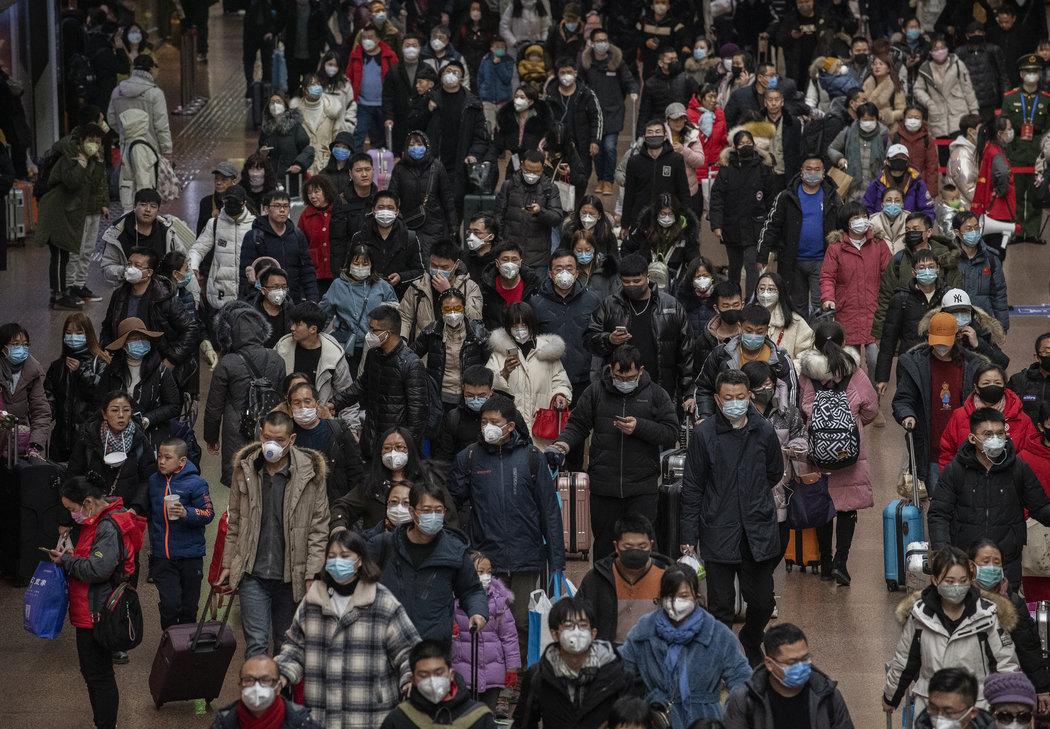 1月,北京一座火车站内拥挤的人群。