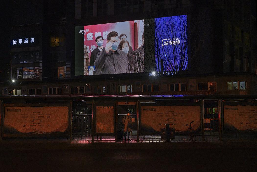北京一块大屏幕上展示中国领导人习近平上周视察武汉的画面。