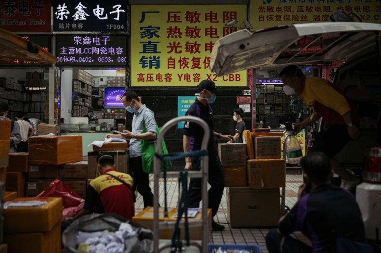 华强北戴口罩的工人,这里是中国最大的电子产品市场之一。