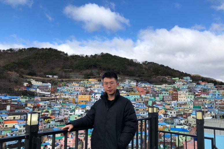 最近刚从大学毕业的梅清远(音)今年1月曾去韩国旅行。虽然为许多新冠病毒的受害者感到难过,但他觉得大多数人关心的还是赚钱。
