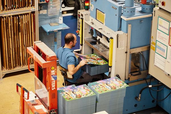La máquina cortadora ejerce alrededor de 1100 toneladas de presión a cada rompecabezas