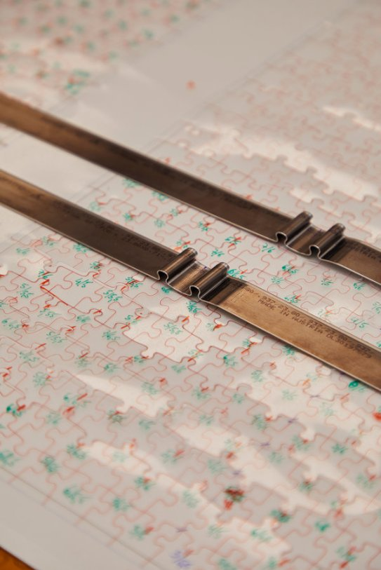 La herramienta de corte para un rompecabezas de mil piezas requiere hasta 70 metros de acero