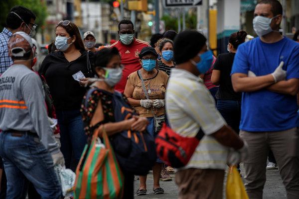 La fila afuera de una farmacia en Guayaquil, Ecuador, la semana pasada