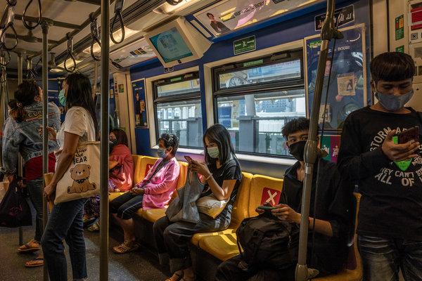 Pasajeros sentados según el protocolo de distanciamiento social en un tren en Bangkok, Tailandia, el martes.