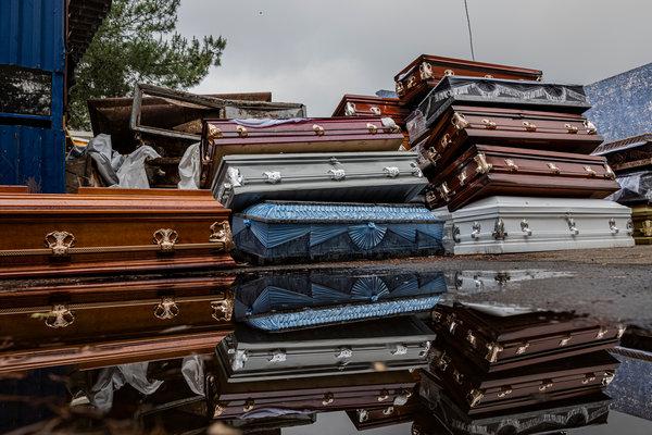 Féretros de víctimas recientes de COVID-19 apilados en la parte trasera de un crematorio en el panteón de Xilotepec en Xochimilco