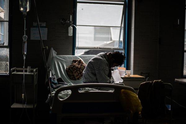 Una paciente de la COVID-19 en hospitalización en Lima.