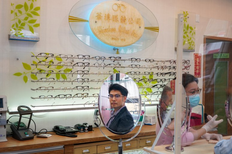 2012年,肯尼斯·马开始参与家族的眼镜生意。它试图为华埠的老年顾客和其他地方的年轻顾客服务。