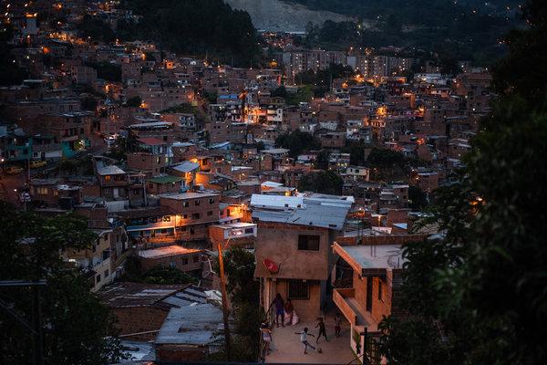 Niños juegan en el Distrito 13 en Medellín en mayo de 2020.