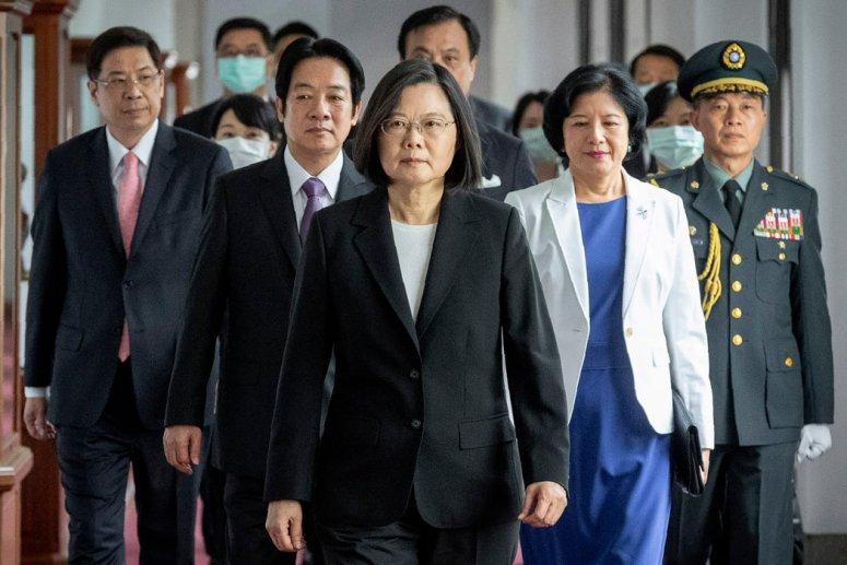 台湾总统蔡英文(中)多次承诺捍卫台湾主权,抵御来自中国大陆的威胁。
