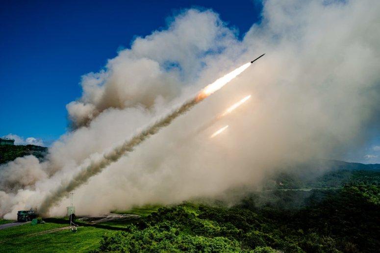 台湾国防部公布的一张未注明日期的照片展示了台湾南部一次军事演习中的一枚火箭发射器。