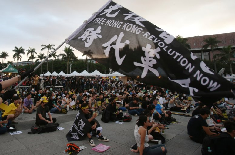 来自香港的抗议者和台湾当地的支持者上个月在台北。台湾已为逃离香港的活动人士提供庇护。