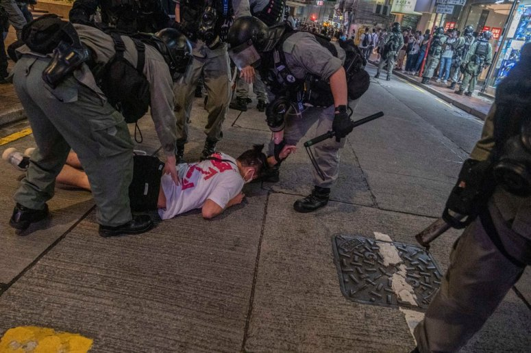 香港警方周三依據北京頒佈的新國安法逮捕抗議者。