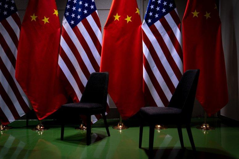 特朗普和习近平去年在大阪举行会晤地点的美国和中国国旗。
