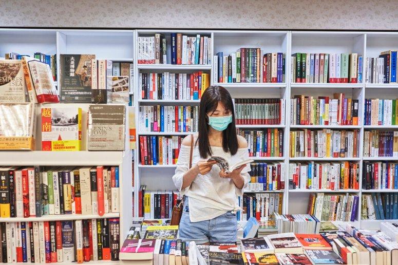 在书店浏览书籍。