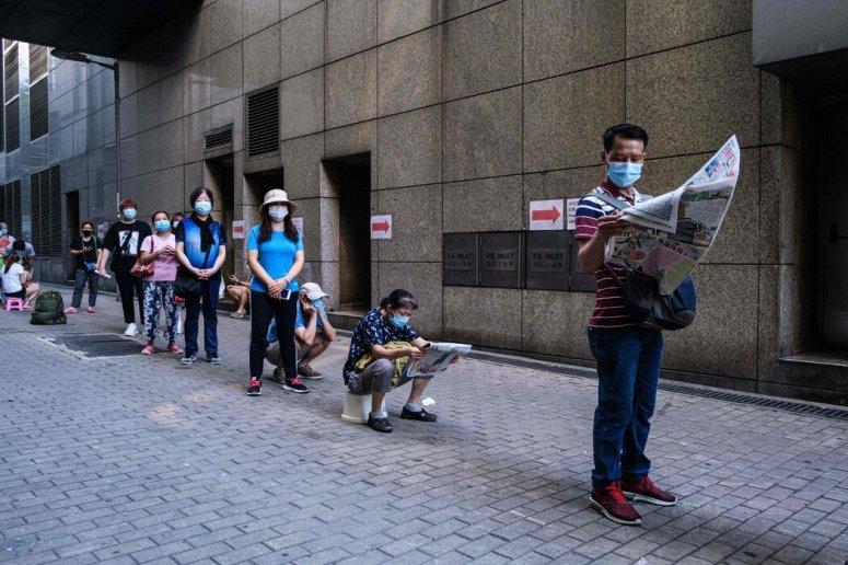 上个月,在香港深水埗区的一家政府诊所外,人们排队等待领取免费的新冠检测盒。
