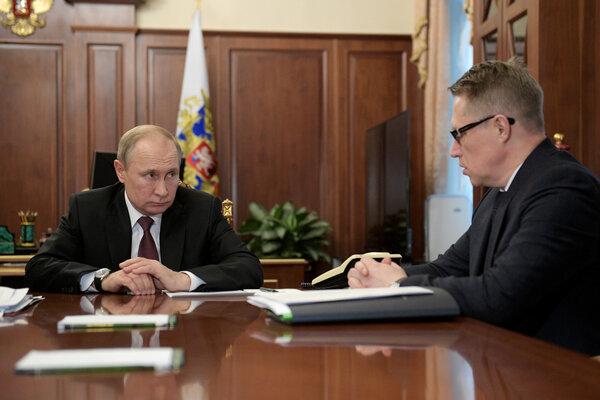 El presidente Vladimir Putin de Rusia durante una reunión con el ministro de Salud, Mikhail Murashko, en enero