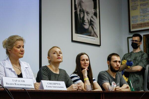 Elena Smolyarchuk, a la izquierda, investigadora jefe en la Universidad Sechenov, con algunos voluntarios del ensayo de vacuna en Moscú el mes pasado