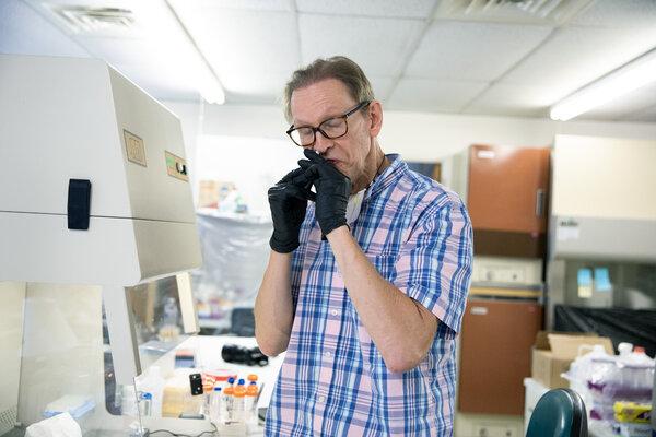 Preston Estep, científico jefe y cofundador de RaDVaC, tomaba una dosis de la octava iteración de su vacuna, el 19 de agosto de 2020.