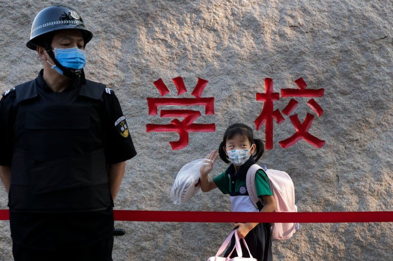 上周一,北京的一名学生去上学。