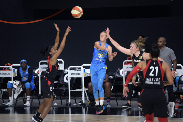 Chicago Sky guard Courtney Vandersloot, center, has shown her skill as a distributor this season, tallying a W.N.B.A.-record 18 assists in one game.