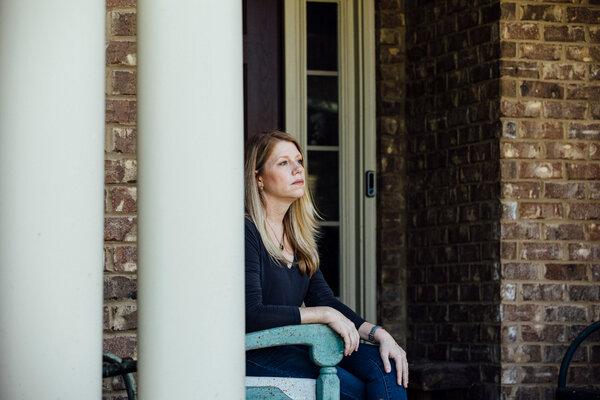 Mizelle frente a su casa. Sus colegas la han apoyado cuando atiende a pacientes en su clínica de urgencias.